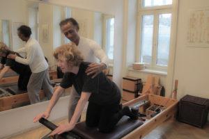 pilates knee stretch übung reformer kinästhetik