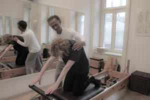 Pilates Knee Stretches Elephant Trainingsoptimierung hypermobiler instabiler Rücken Nervensystem Re-Programmierung