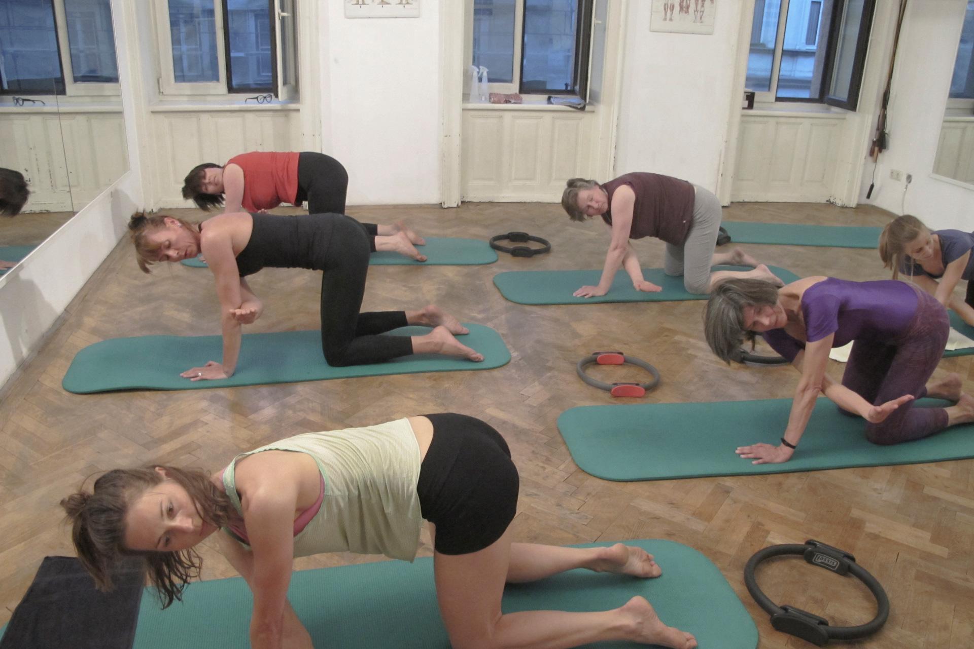 Pilates Thread the Needle Übung Körpertraining Körperarbeit