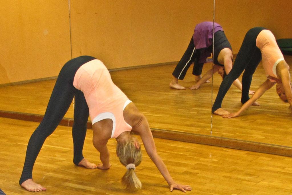 Tanzende Pyramide Back Extension Rücken- und Beckenentspannung Beckenöffnung Pilates Trainingsoptimierung Wirbelbeweglichkeit Hüftgelenk präventiv Ischia Probleme Pilates Saw Swan Side Leg Kick
