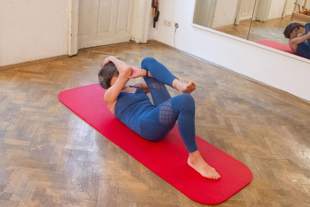 Hängematten-Stretch Pilates Training Optimierung Flexion Vorwärtsbeugen Bandscheiben-Entlastung Core Control Rückseite der Beine entspannen Wirbelsäule beugen Körperbewusstheit