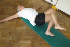 Körperbewusstheit Differenzierte seitliche Knie Rolle Schaukel Pilates therapeutisch Wahrnehmungsübung Verspannungen im unteren Rücken und Nacken lösen Steifheit in Becken Oberkörper Kopf