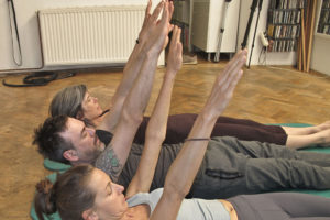 pilates roll up Übung training Kopfposition