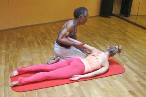 Schulterrotation Faszien Massage Pilates Vorbereitung Trainingsoptimierung therapie therapeutische Übung Rückwärtsbeugen Schultergürtel