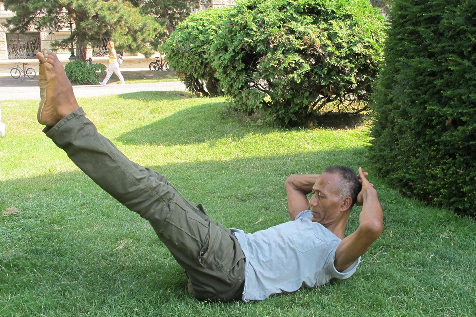 Pilatesübung Double Straight Leg Stretch Körper-Geist-Bewegungs-Bewusstheit