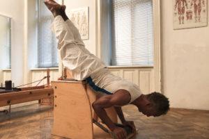 Pilates Swan Dive Training für gesunden Rücken Wirbelmuskel Re-konditionierung Haltungsschäden korrigieren Wirbelsäulen Integrität Kampf-Flucht-Mechanismus