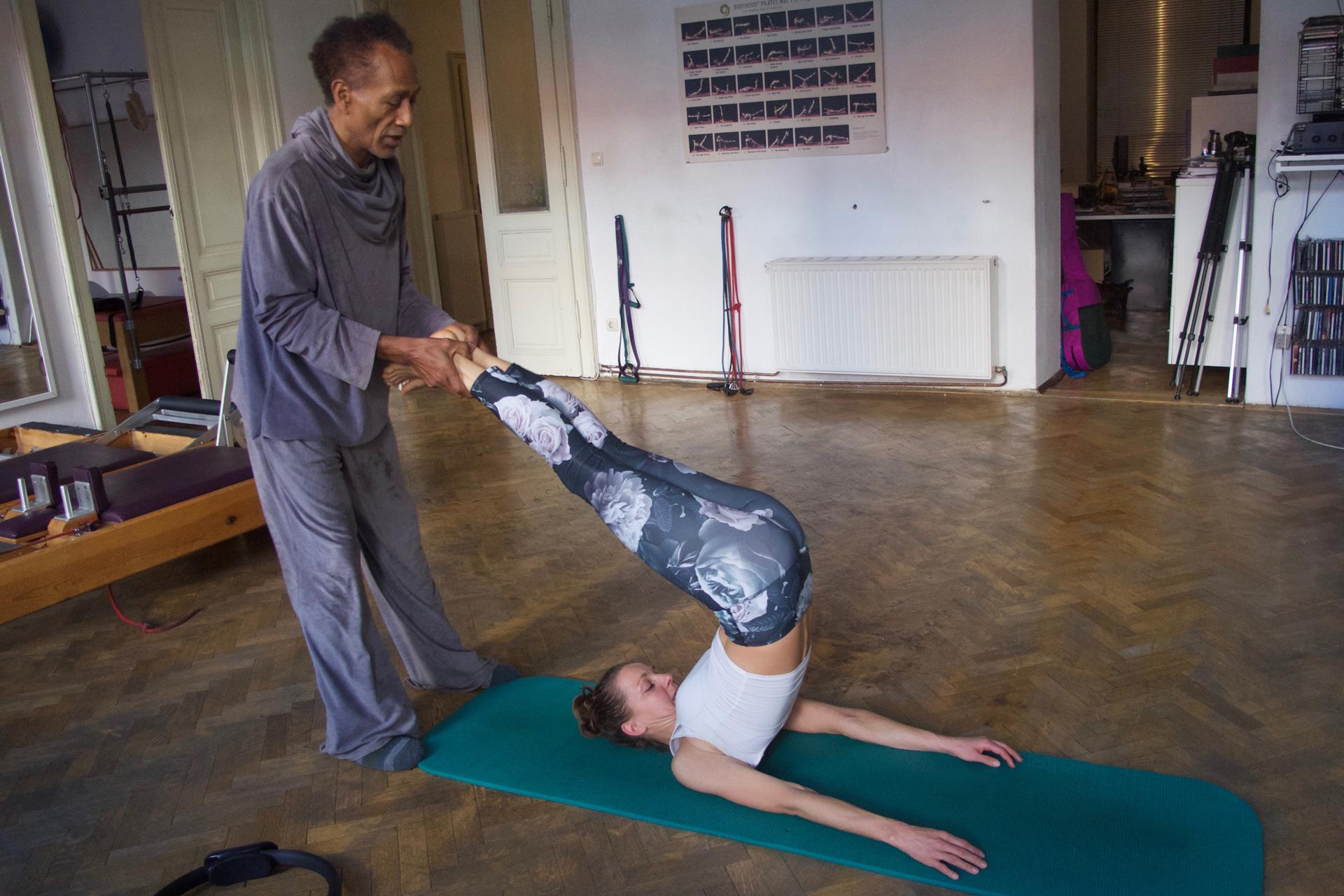 unterstützte Pilates Roll Over Übung perzeptive Wahrnehmung kinästhetische Bewusstheit Training Powerhouse pilates hundred power engine korsett Trainingsoptimierung